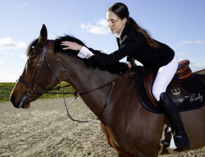 障害飛越競技界の女性騎手、フロール・ジローがファミリーに